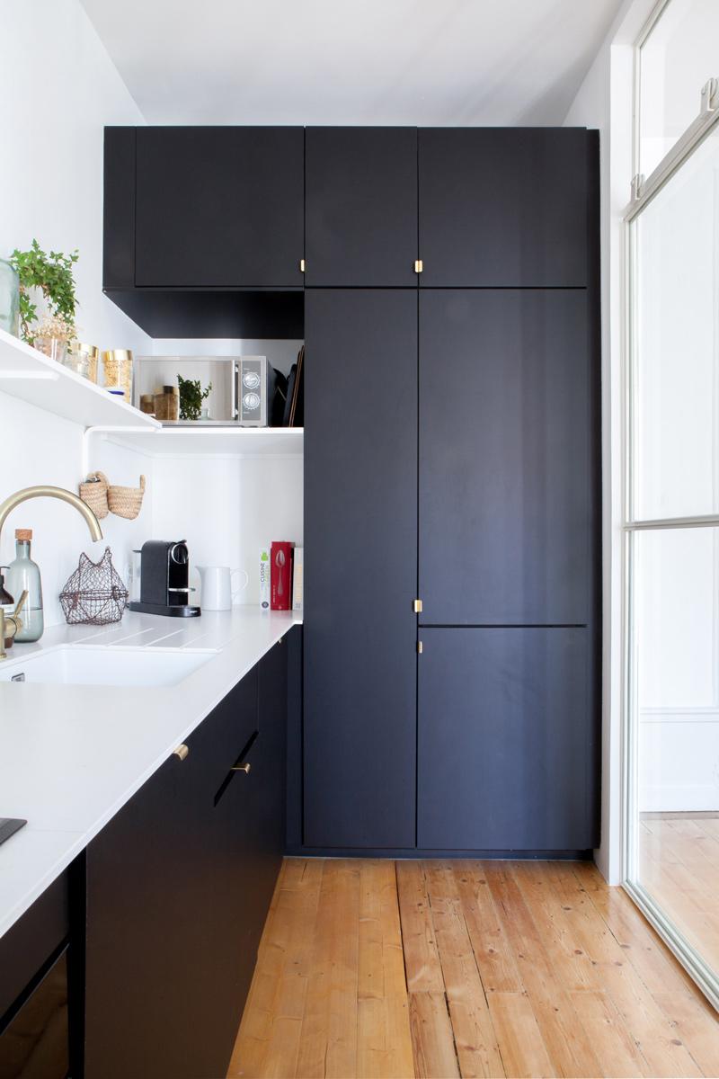 Vue sur la cuisine et les rangements gris foncés