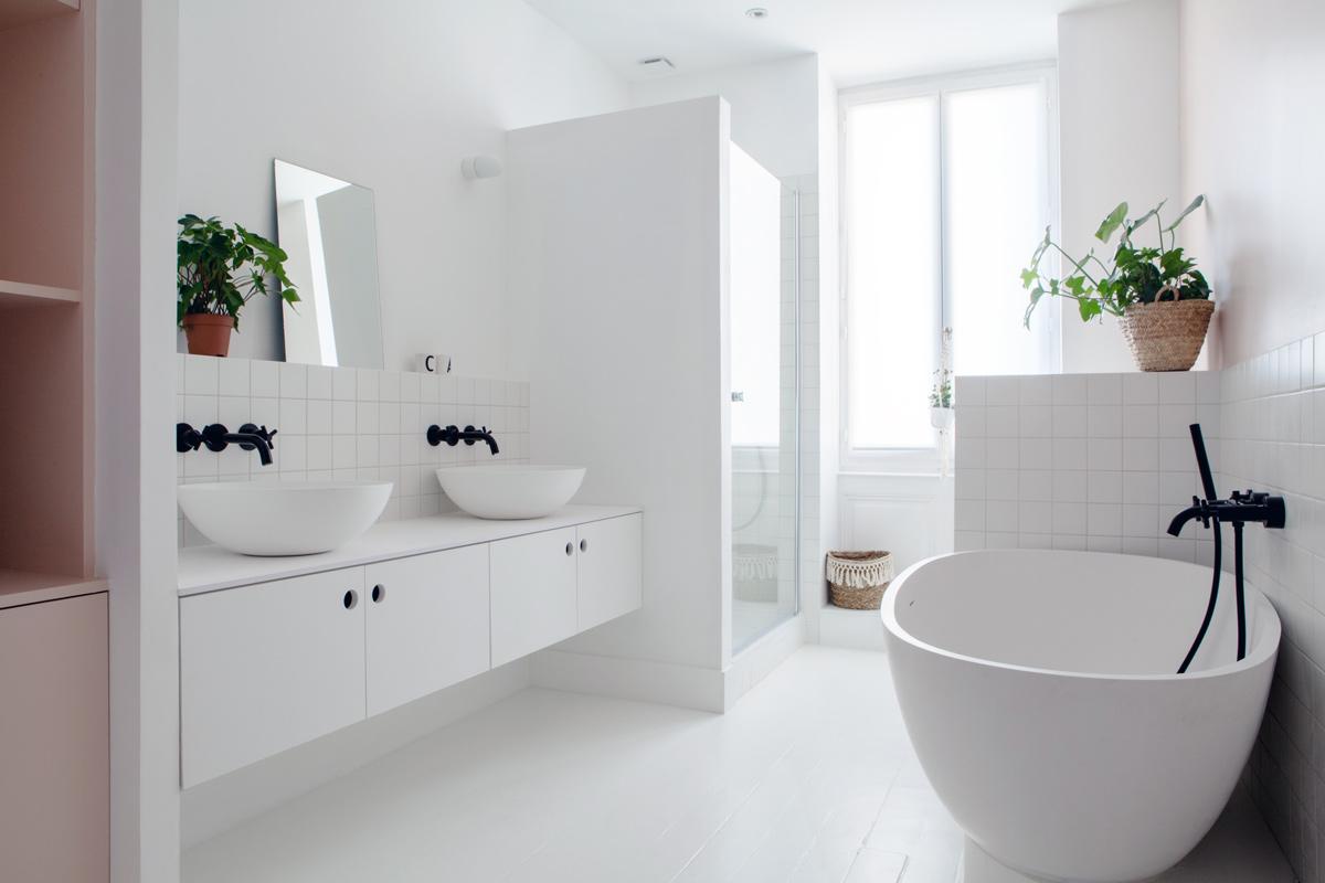 Photo de la salle de bain blanche.