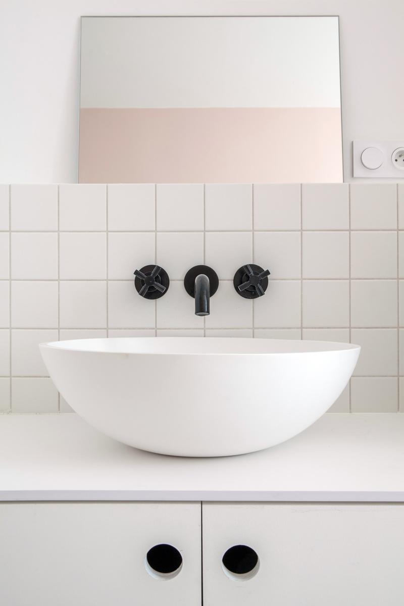 Vue sur un lavabo de salle de bain.