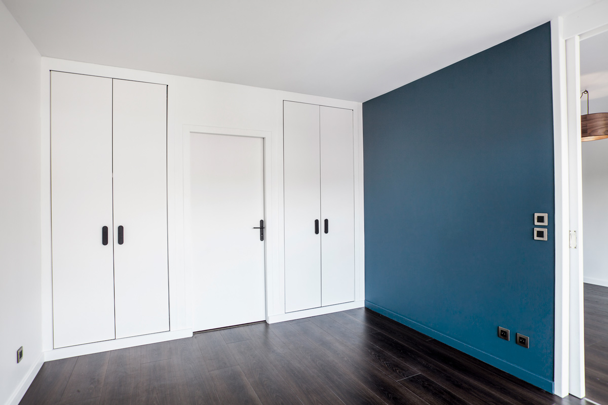 Photo d'un appartement avec mur bleu.