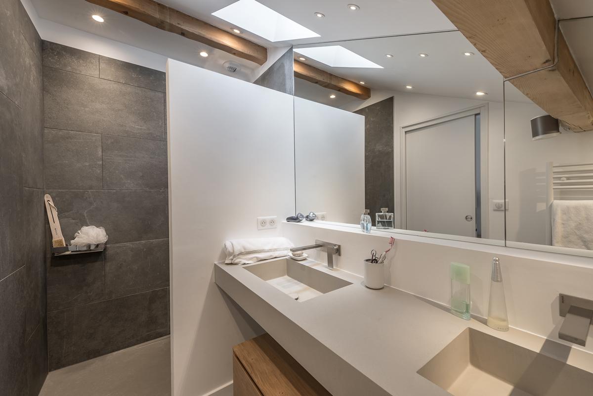 Vue de salle de bain bois, pierre