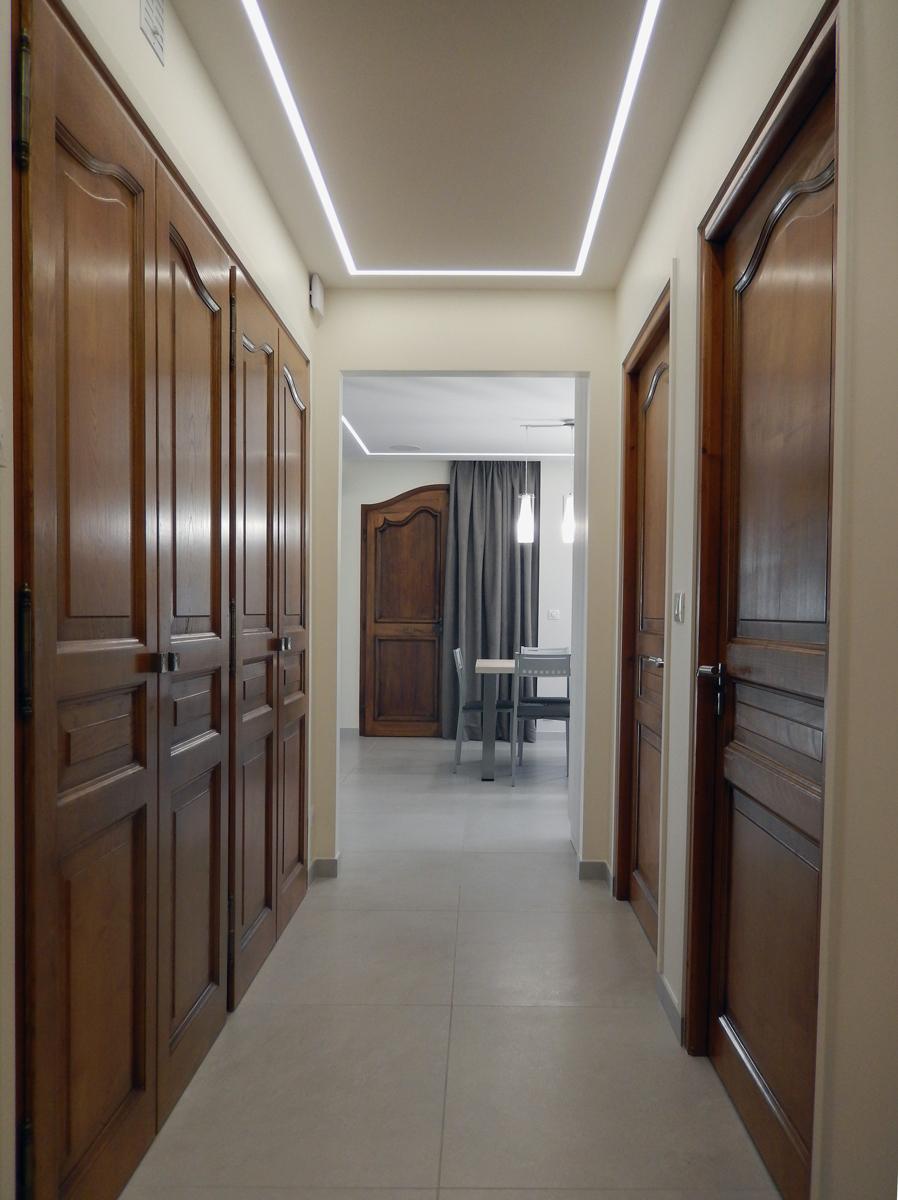 Vue de couloir avec placard bois rustique