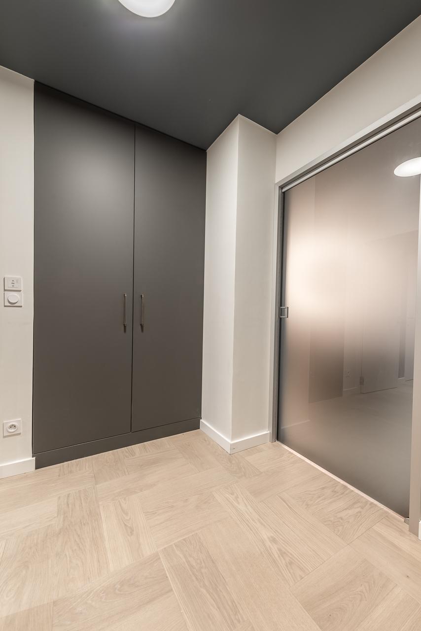 entree-meuble-sur mesure-plafond-fonce-porte-coulissante-vitree