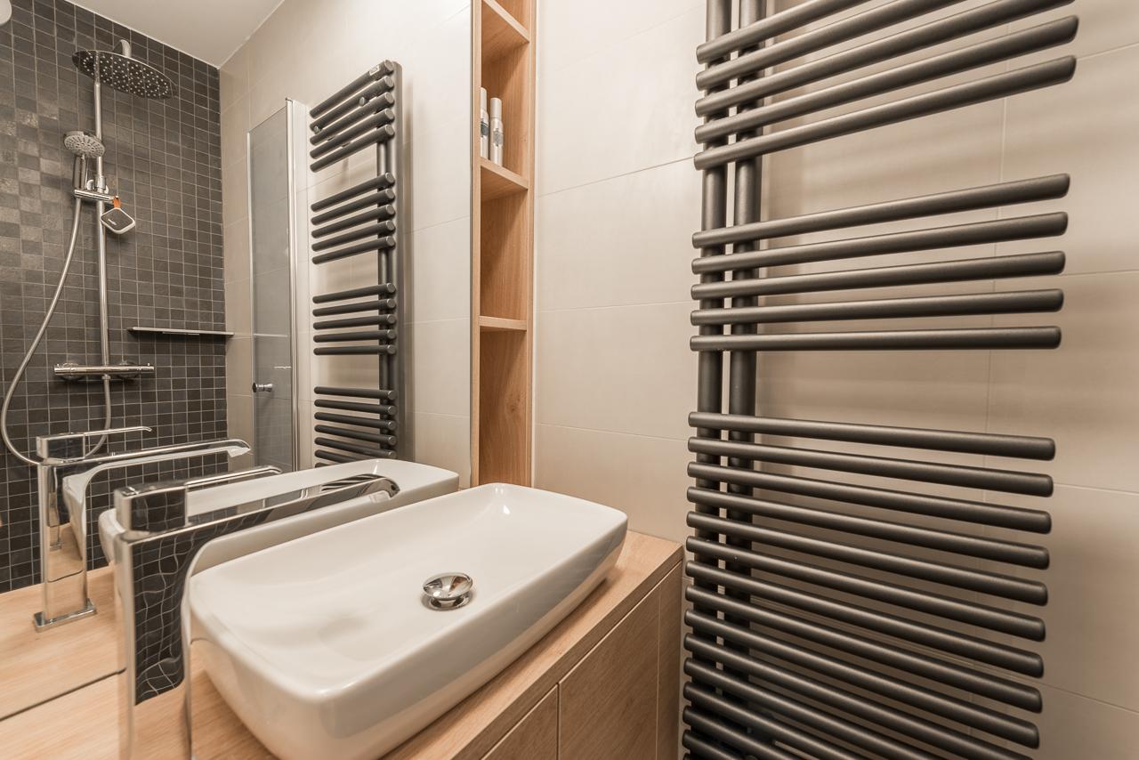 mini-salle de bain-mosaique-noire-bois