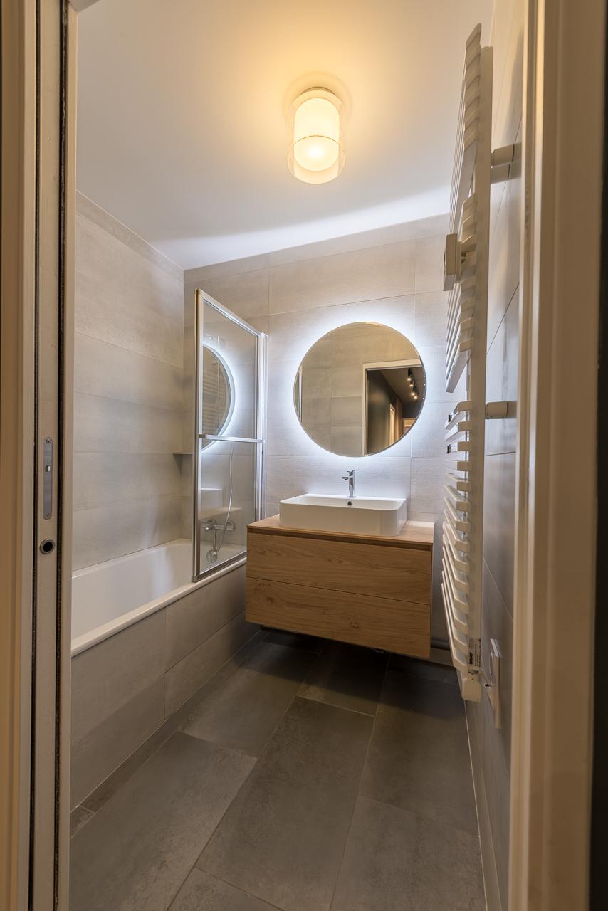 salle de bain-gris-bois-miroir-retroeclaire